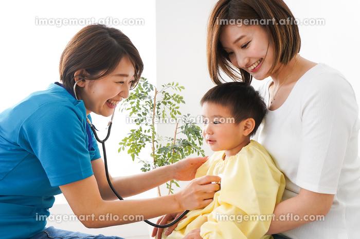 子供の診察をする小児科クリニックの販売画像