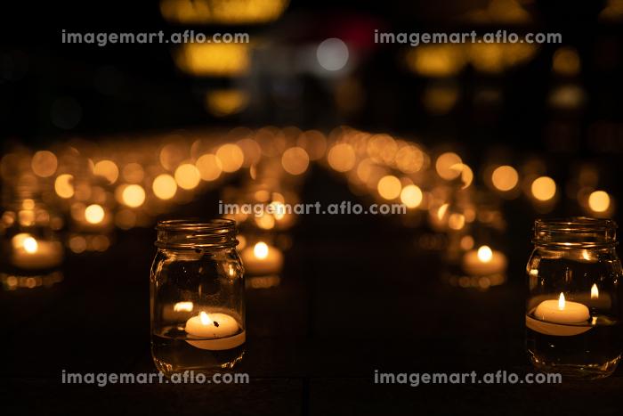 門司港レトロで行われた鮮やかなガラスにろうそくを立て灯籠を飾ったロマンチックな夜景の販売画像
