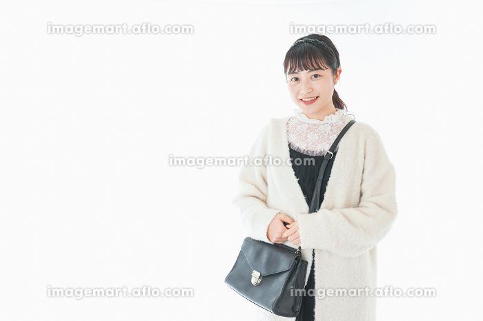 おでかけをする若い女性の販売画像