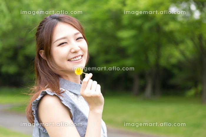 笑顔の女性 屋外の販売画像