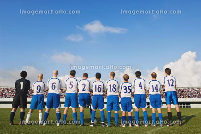 後ろ姿のサッカーチームの販売画像