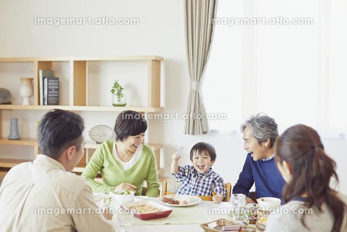 ランチをする日本人の三世代家族