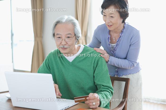 パソコンを操作するシニアの販売画像