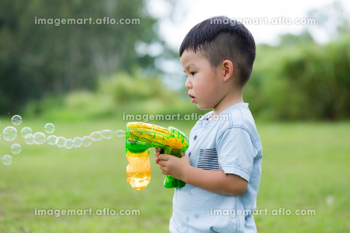 Boy play with bubble blowerの販売画像