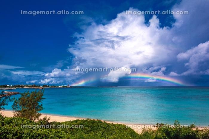 鹿児島県・与論島 夏の海に掛かる虹の風景の販売画像