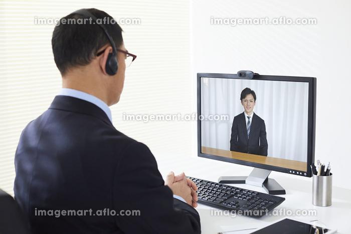 WEB面接を受ける日本人就活生の販売画像