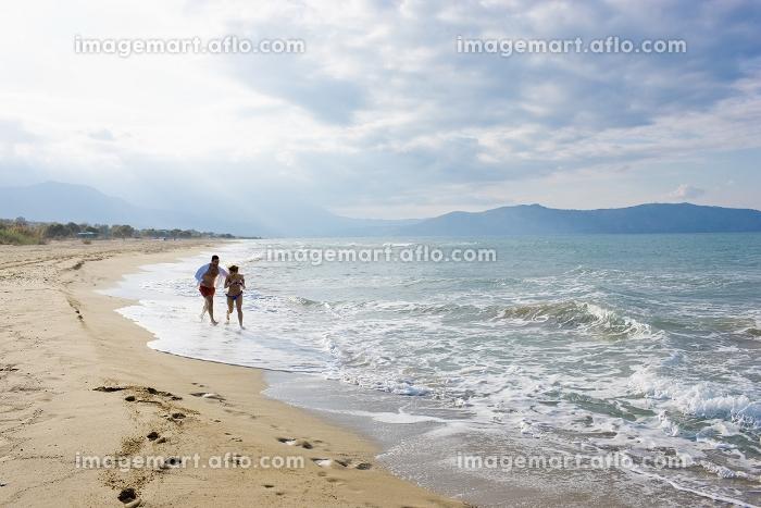 couple running on the beachの販売画像
