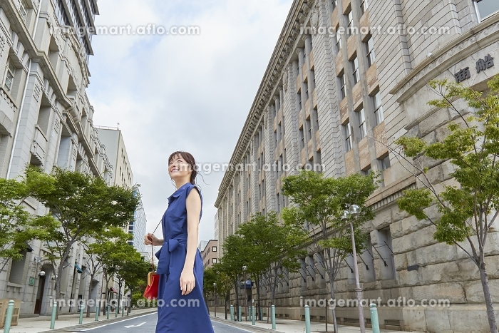 街を歩く日本人女性の販売画像