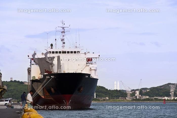 貨物船と釣り人の販売画像