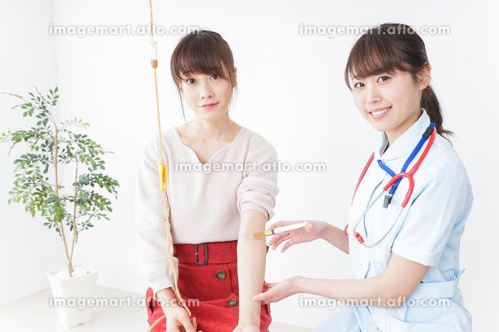病院で診察を受ける患者とナースの販売画像