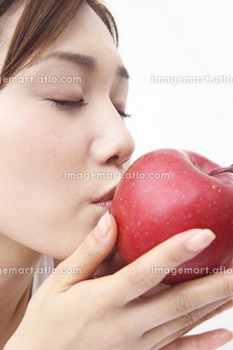林檎にキスする女性の販売画像
