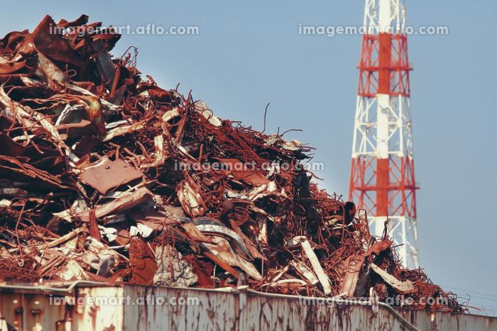 金属類の産業廃棄物と工業地帯の煙突の販売画像