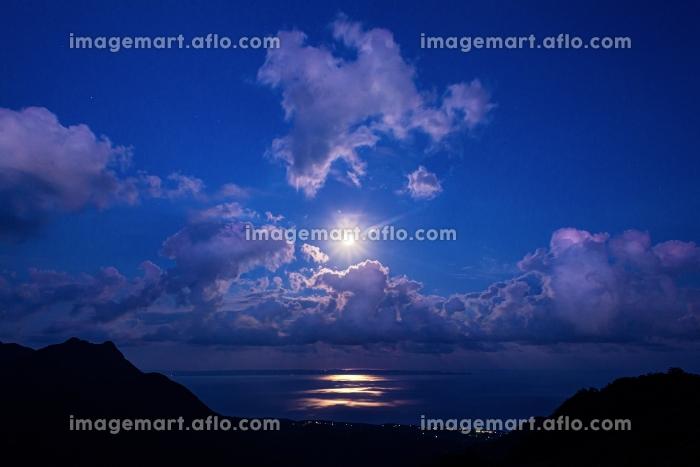 鹿児島県・屋久島 海から昇る満月の風景の販売画像