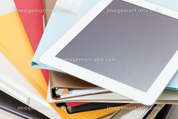 タブレットPCとファイルの販売画像