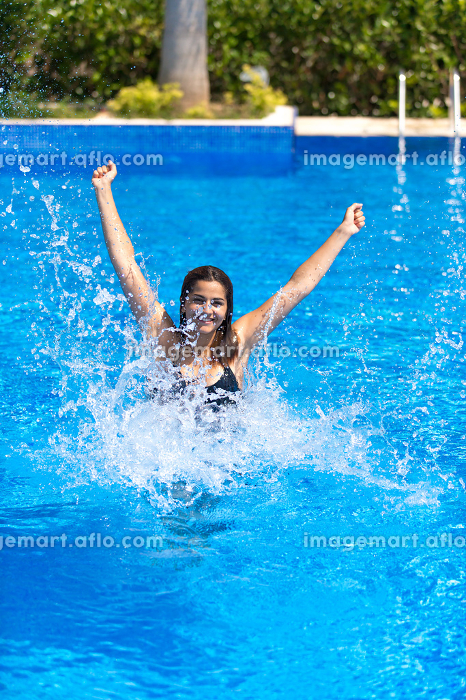 Happy Girl in Swimming Poolの販売画像