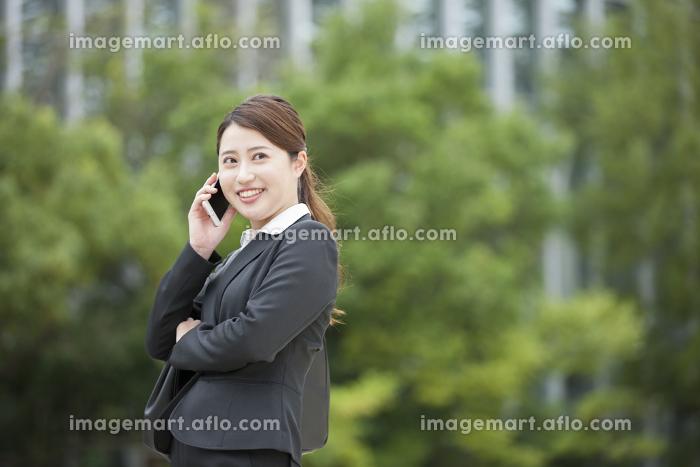 屋外で電話をするビジネスウーマンの販売画像