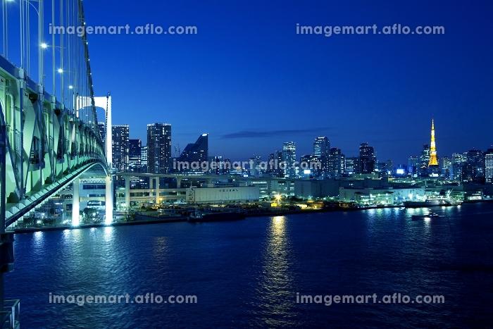 東京都 レインボーブリッジとビル群 夜景の販売画像