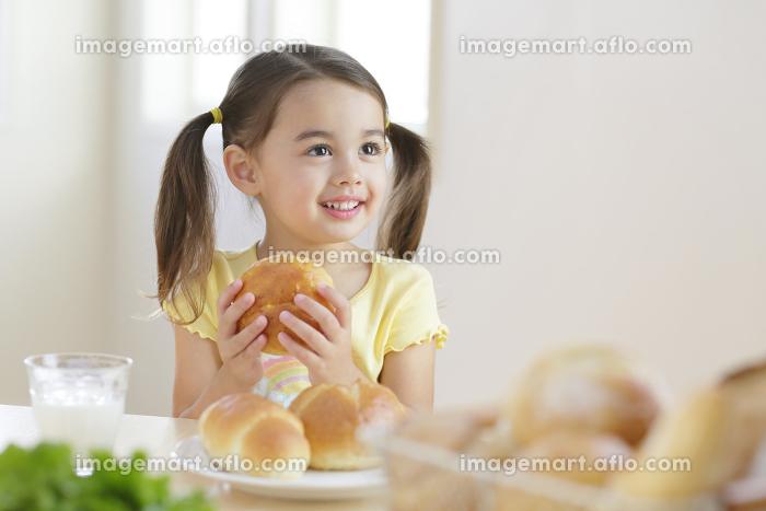 朝食を食べる女の子の販売画像