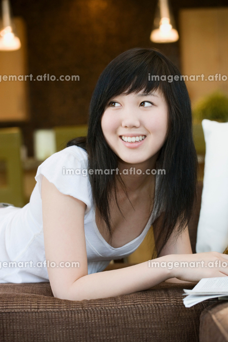 Smiling teen looking over shoulderの販売画像