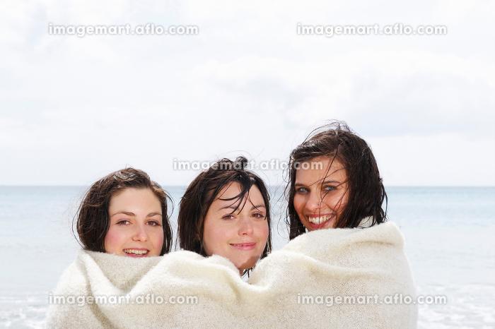 Three girls sharing a blanketの販売画像