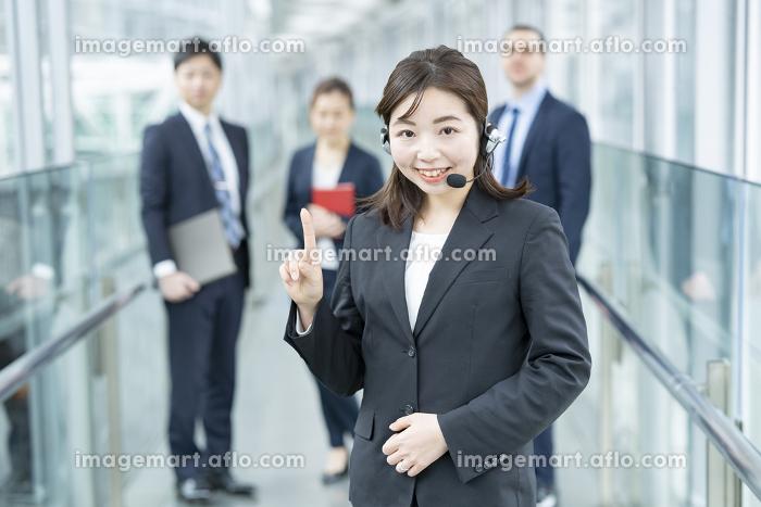 ヘッドセットを装着したビジネスウーマンの販売画像