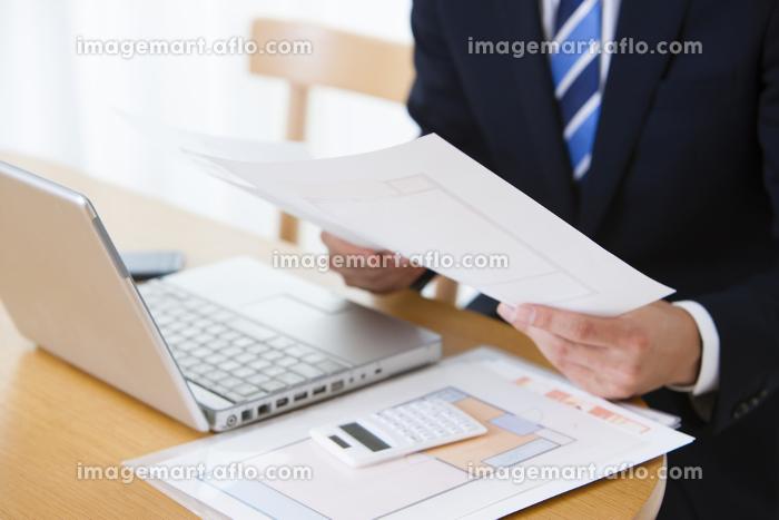 資料作成をする男性ビジネスマンの販売画像