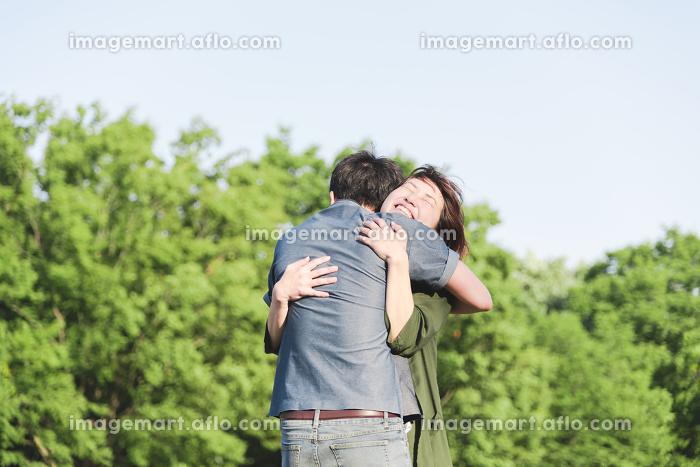 愛情いっぱいで抱き合うカップルの販売画像