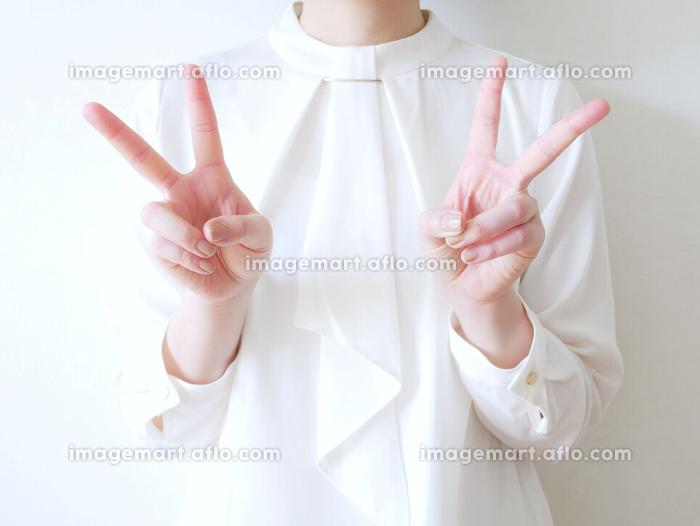 オフィスカジュアルな女性(ダブルピース)の販売画像