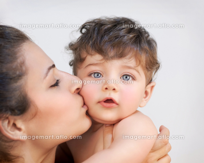 Happy mother with babyの販売画像