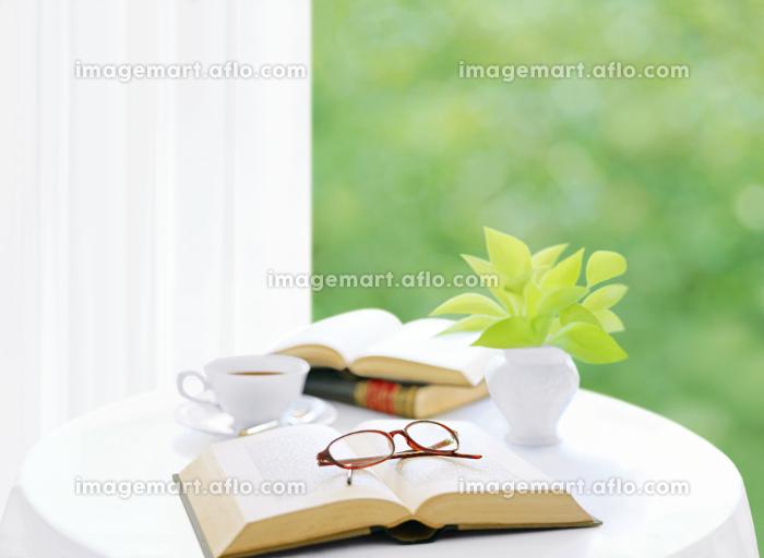 テープルの本と眼鏡とポトスの販売画像