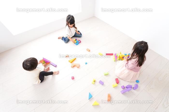 ブロックで遊ぶ子どもたち