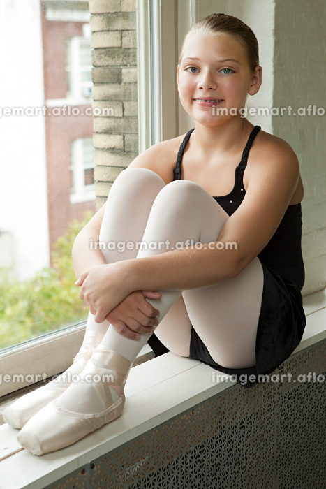 Ballerina sitting on windowsillの販売画像