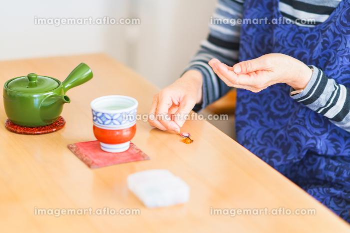 シニア 女性 お茶 飲む 【シニアライフ】の販売画像