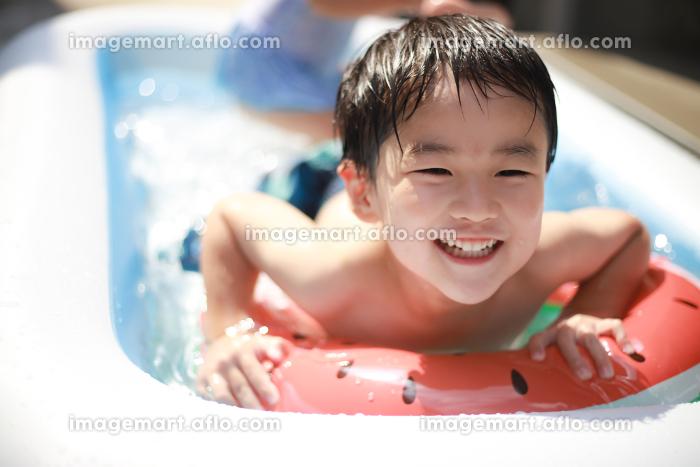 ビニールプールで遊ぶ男の子の販売画像