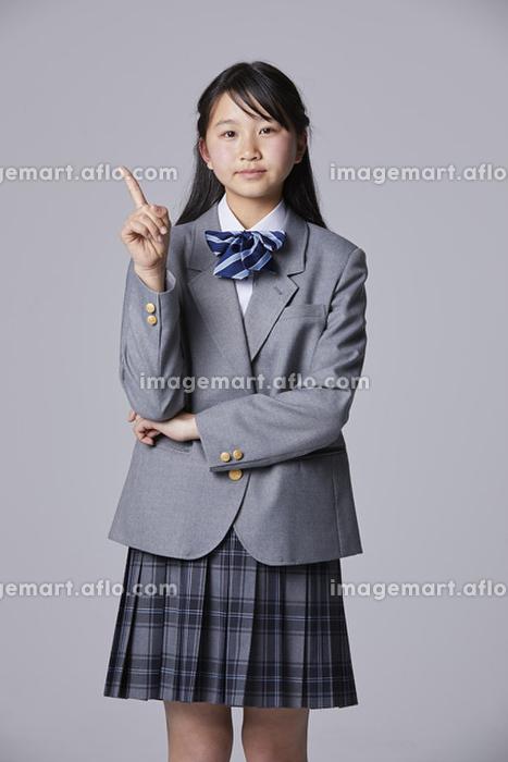 指を指す女子中学生の販売画像