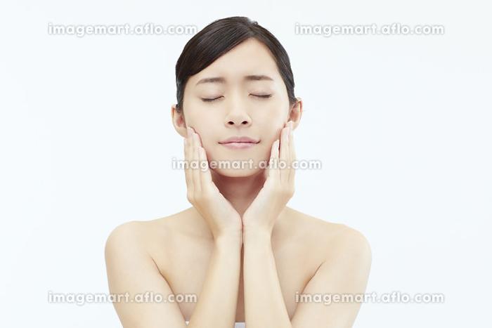 頬に手を当てる日本人女性の販売画像