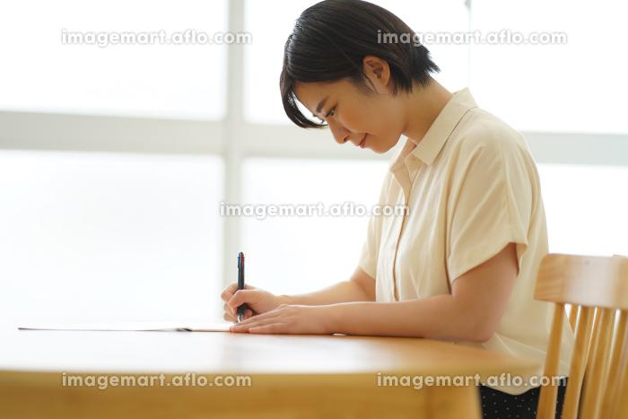 ボールペン字の練習をする女性の販売画像