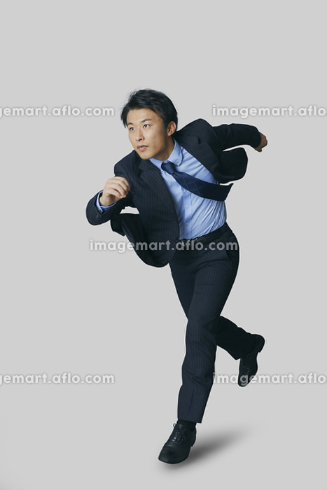 走り出す日本人ビジネスマン