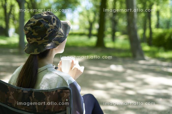 一人キャンプを楽しむ若い日本人女性の販売画像