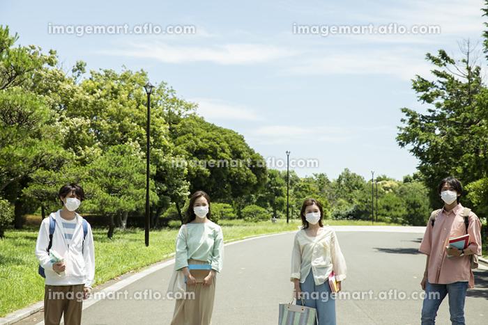 マスクをした大学生の販売画像