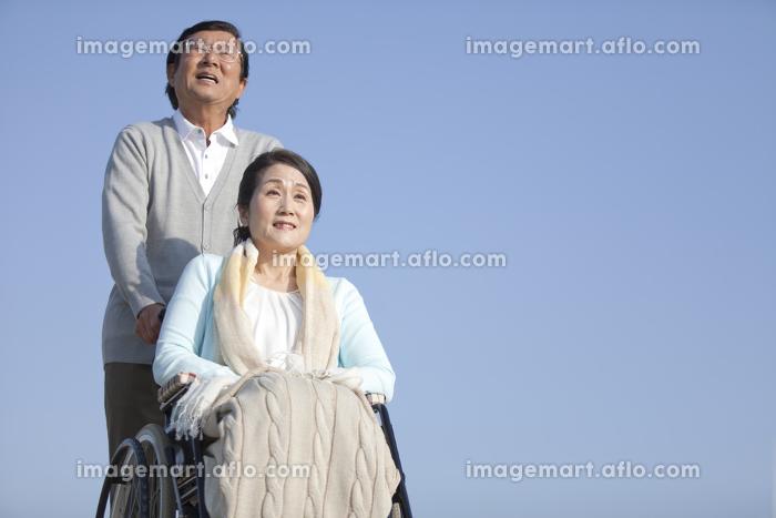 空を見上げるシニア夫婦の販売画像