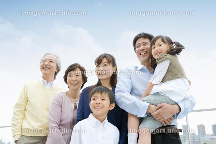 笑顔の日本人の三世代家族の販売画像