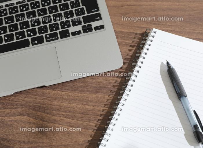 ノートパソコンとノートとペンの販売画像