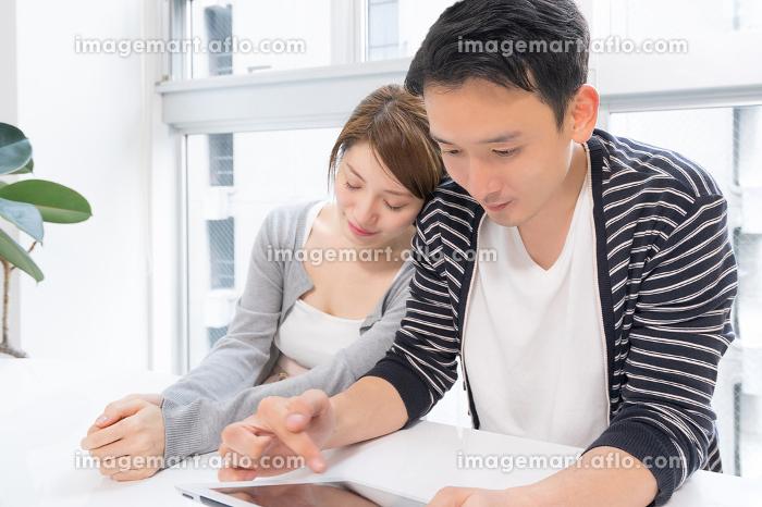寄り添うカップル(タブレット端末・タブレットPC)の販売画像