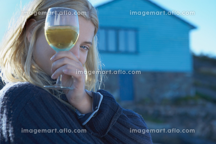 Young Woman relaxing on jettyの販売画像