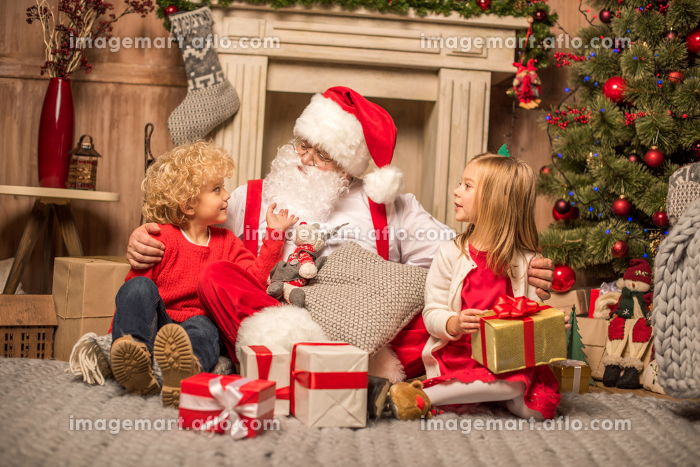 Santa Claus and children with Christmas giftsの販売画像