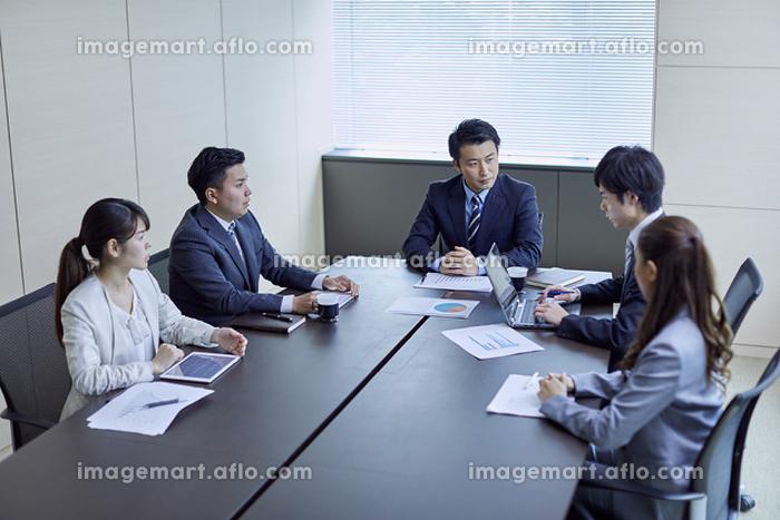 会議をする日本人ビジネスパーソン