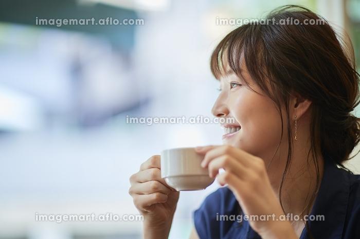 カフェでお茶をする日本人女性の販売画像
