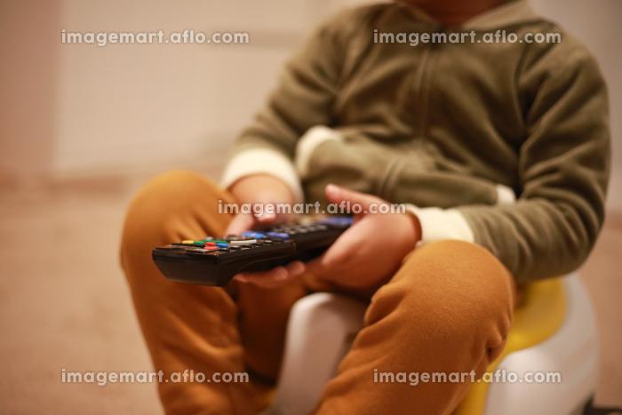 テレビを観る男の子の販売画像
