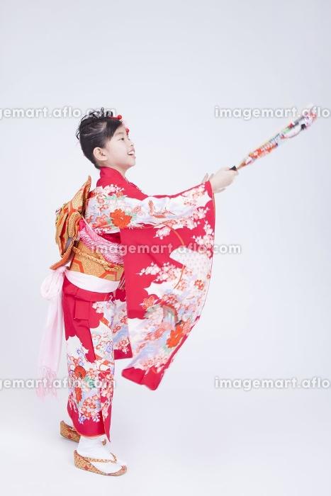 羽子板で遊ぶ女児の販売画像